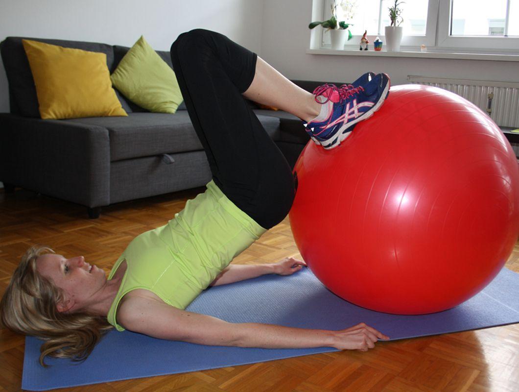 beincurl mit gymnastikball - übungen für schlanke Waden