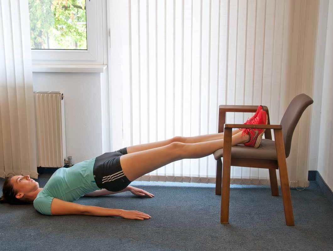 Übung für schlanke Beine mit dem Sessel