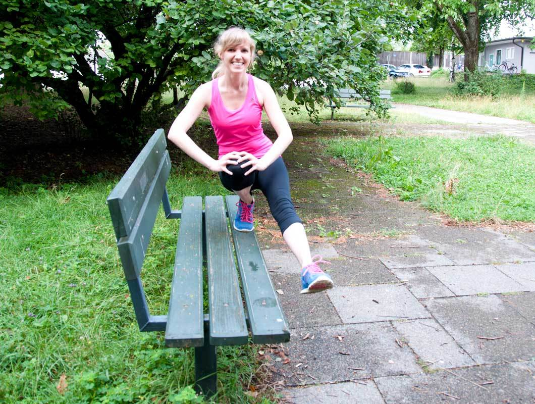 Übung gegen Cellulite und dicke Beine mit Parkbank
