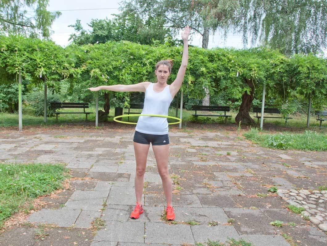 Übung im Freien für flachen Bauch Hula Hoop