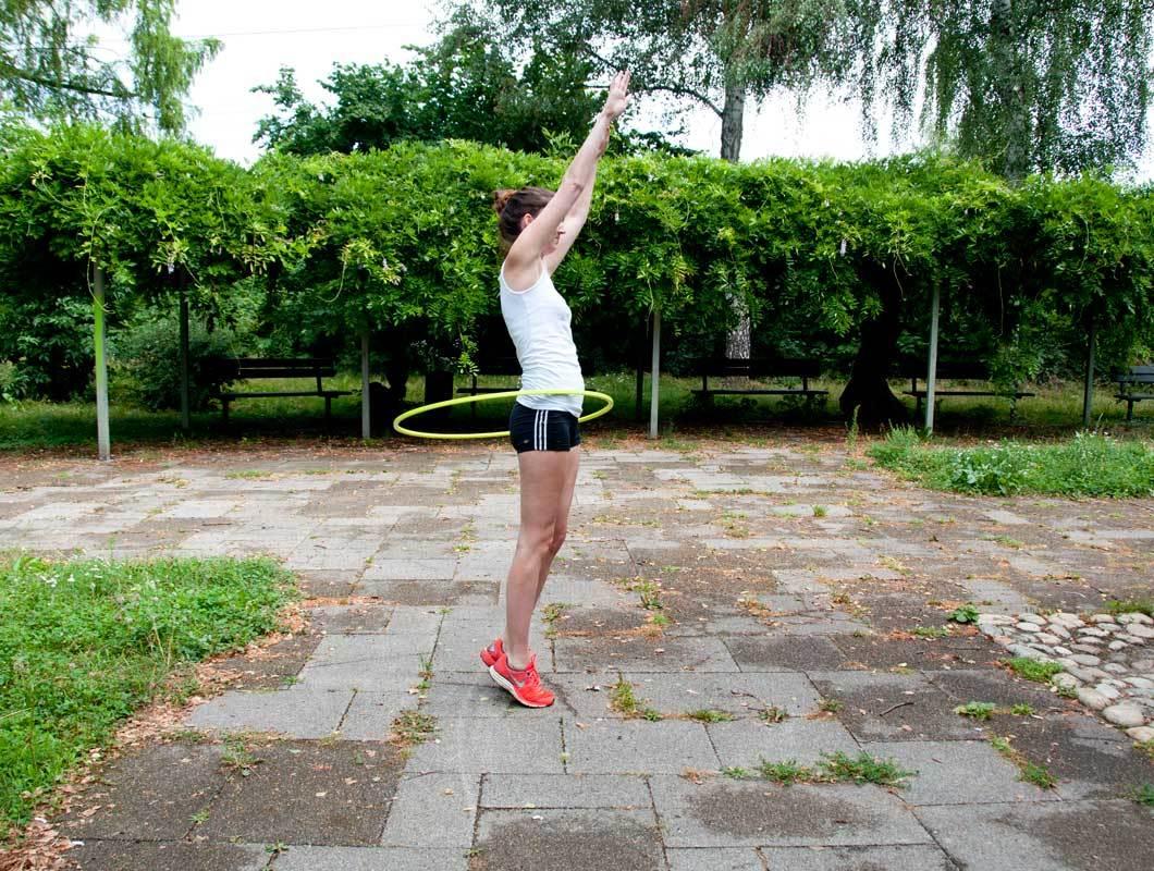Schlanke Beine mit dem Hula Hoop Reifen