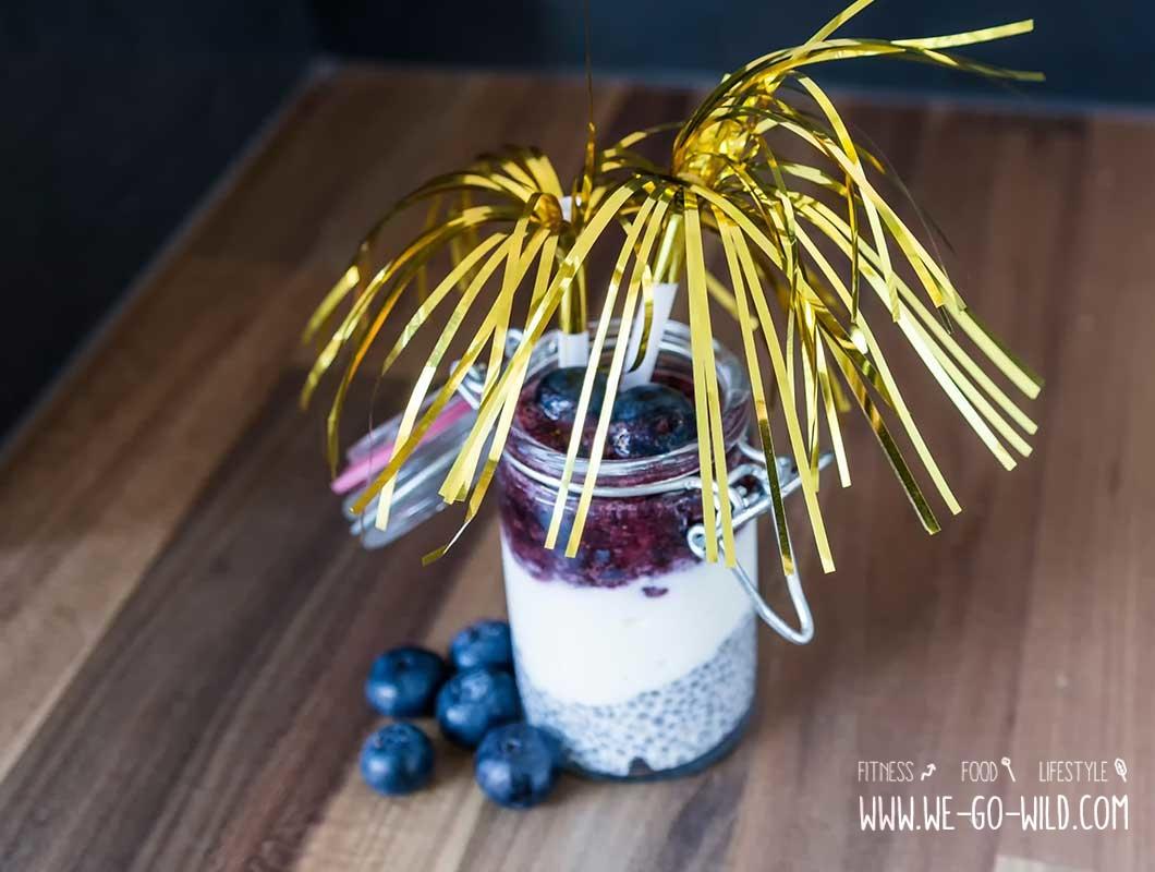 gesundes silvester dessert mit heidelbeeren