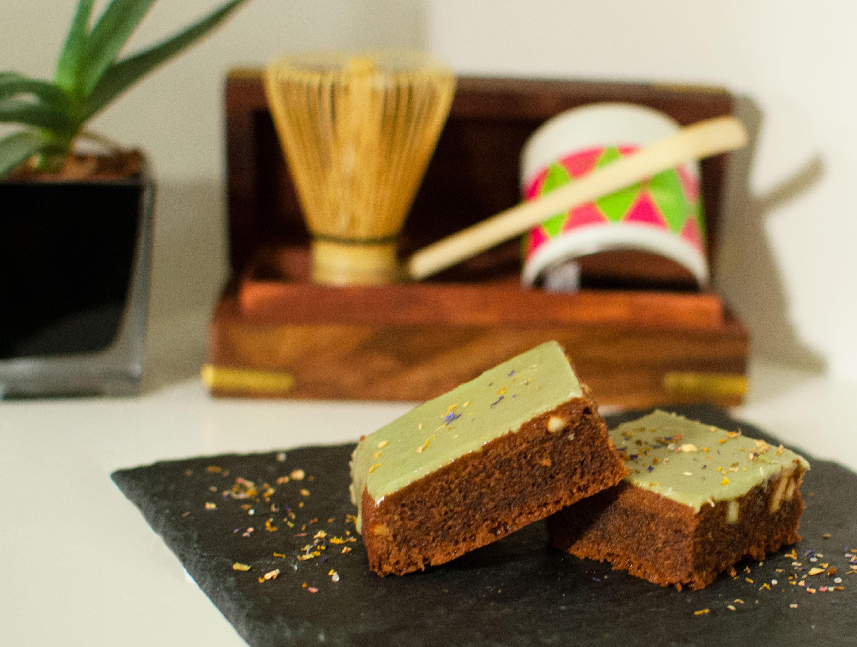 Schokoladige Brownies mit Matcha Glasur