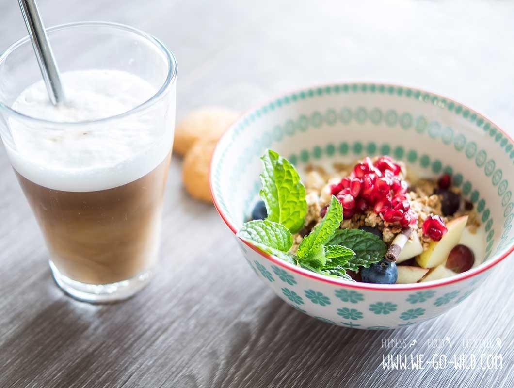 gesundes frühstück müsli und kaffee
