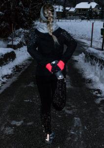 Laufen im Winter bei Schnee und Eis wenn es dunkel ist