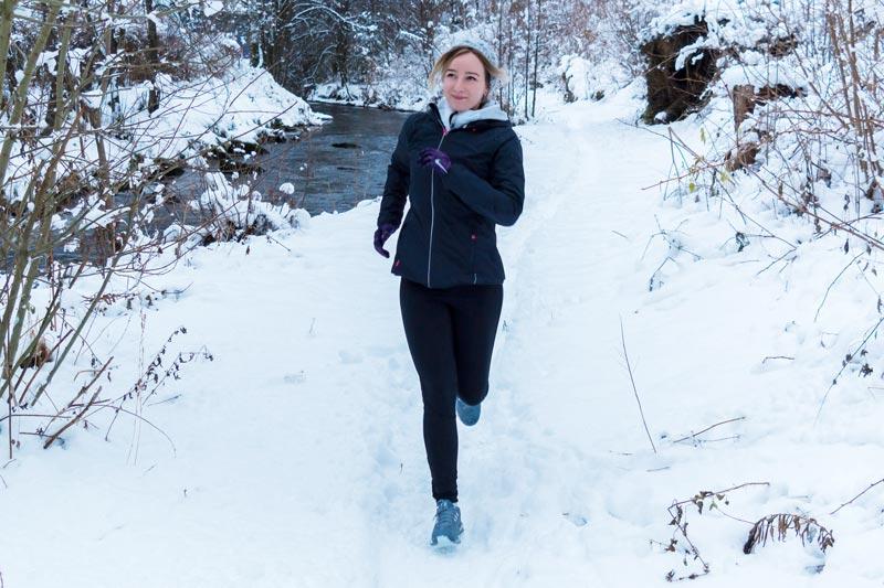 Laufen im Winter im Dunkeln bei Eis und Schnee joggen