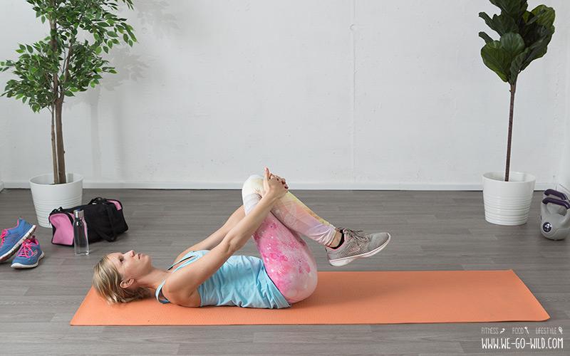 Lendenwirbel Übungen Knie zur Brust ziehen
