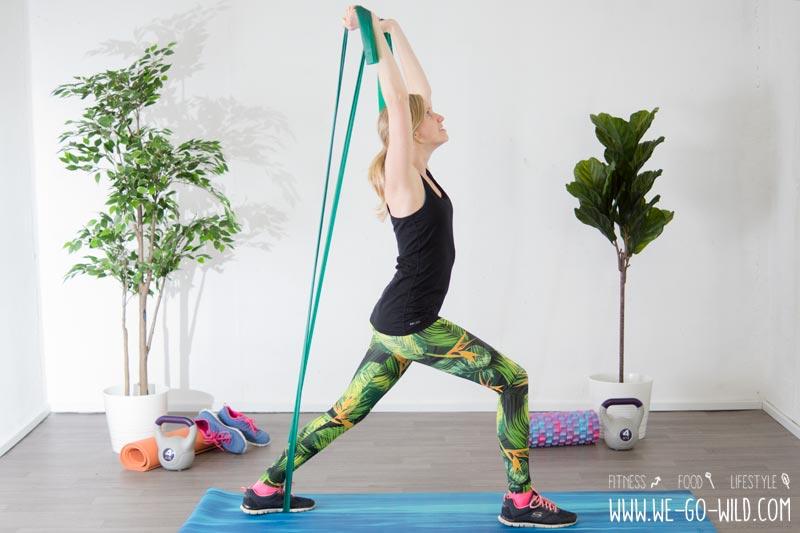 17 effektive theraband bungen gymnastikband workout f r zuhause. Black Bedroom Furniture Sets. Home Design Ideas