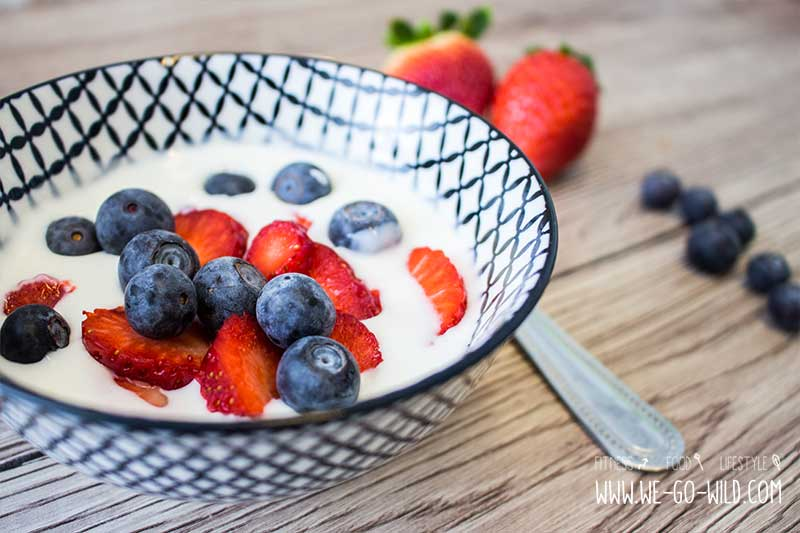 Frühstück ohne Kohlenhydrate - Obst mit Joghurt