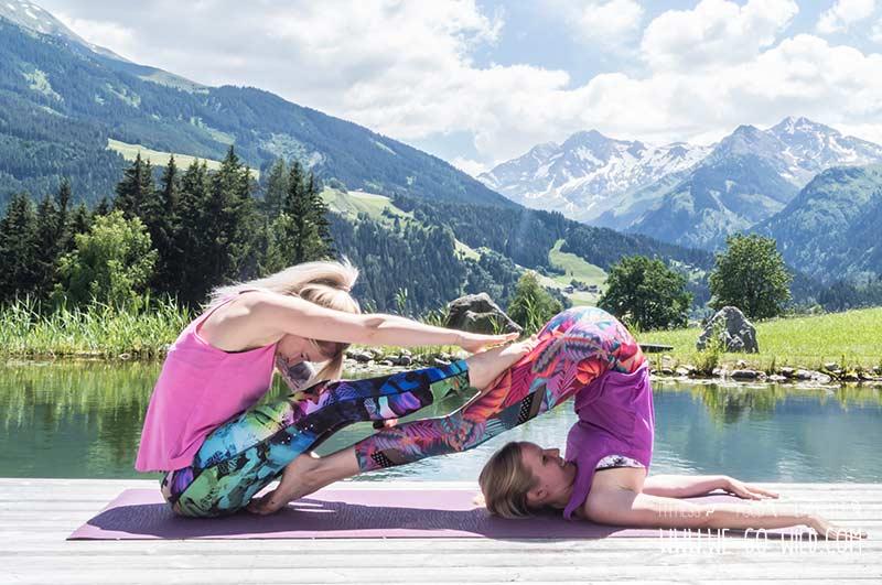 Yoga Übung der Pflug als Partner Workout