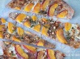 Vollkorn Flammkuchen mit Pfirsich und Ziegenkäse