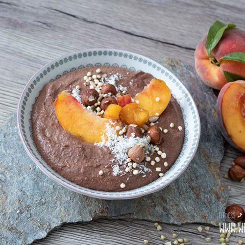 Buchweizen Porridge mit Schokolade und Pfirsich